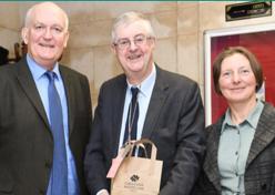 Rebecca Crane, Chris Ruane y Mark Drakeford, primer ministro de Gales.